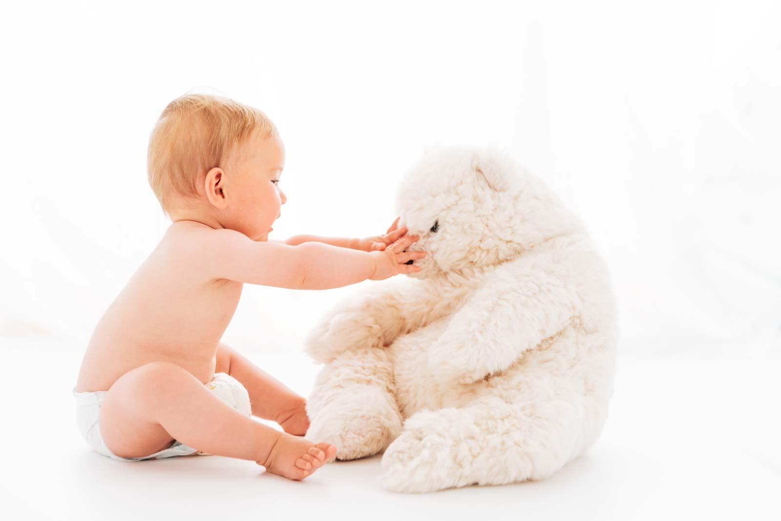 Babyfotograf München: natürliche Babyfotos mit Eisbär
