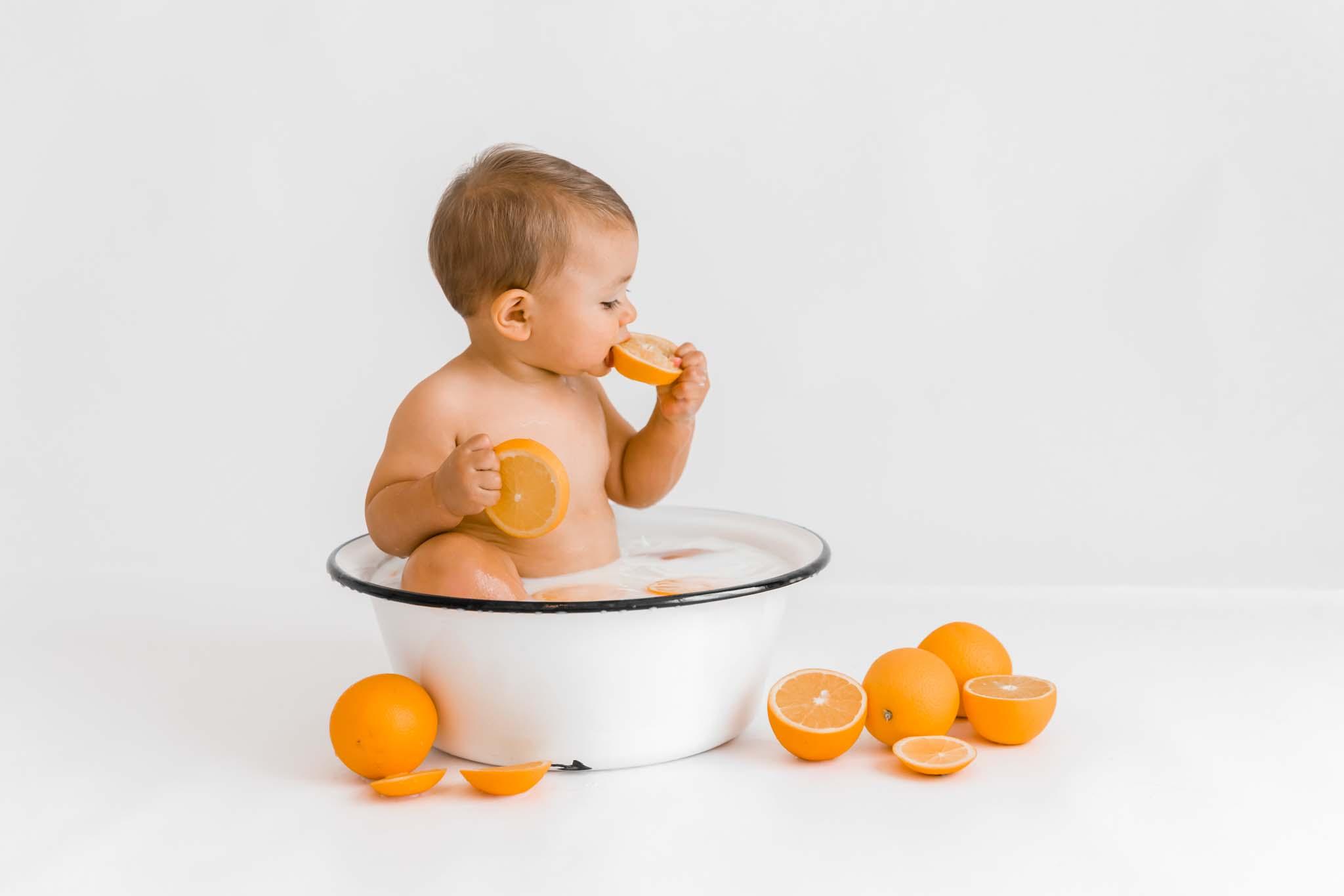 Babyfotograf München: Babyfotos im Milchbad-Shooting