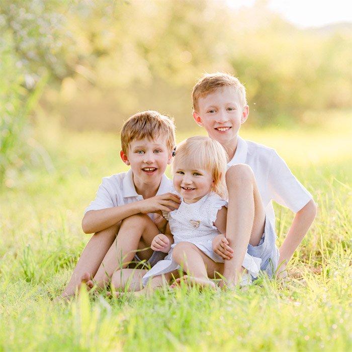 Fotografin München: Familienfotografie mit Kindern in Wiese