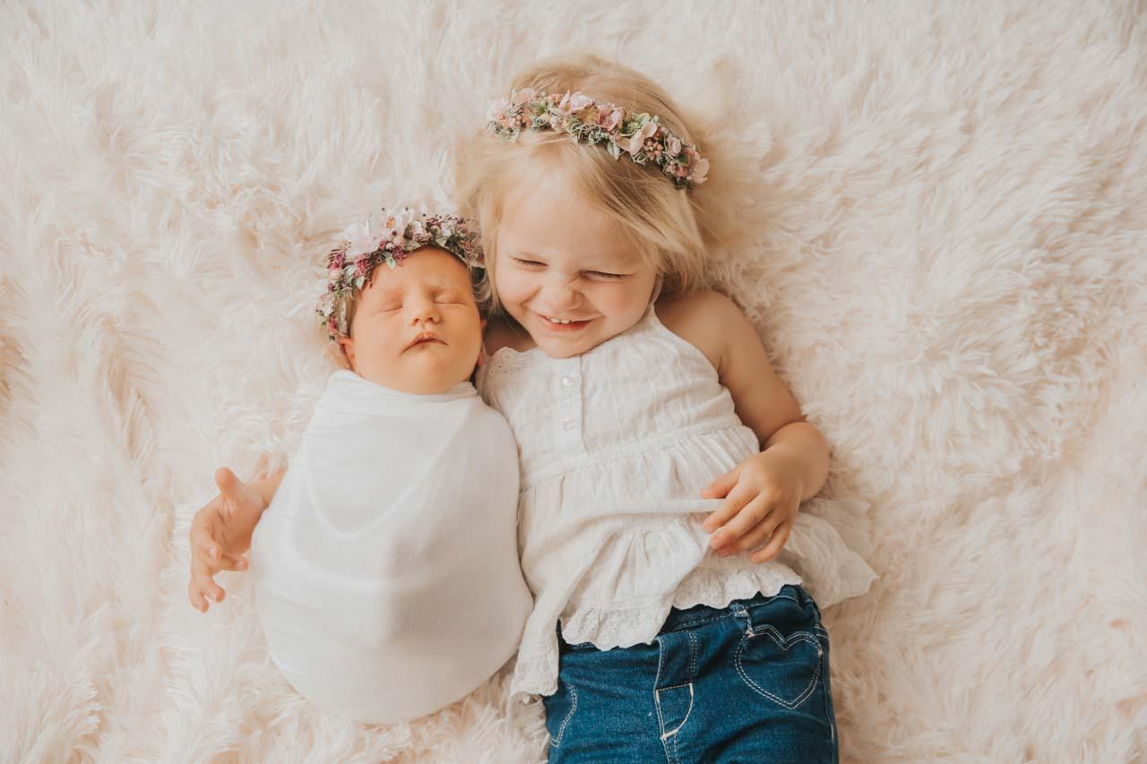 Neugeborenen-Shooting München: natürliche Babyfotos mit Geschwister