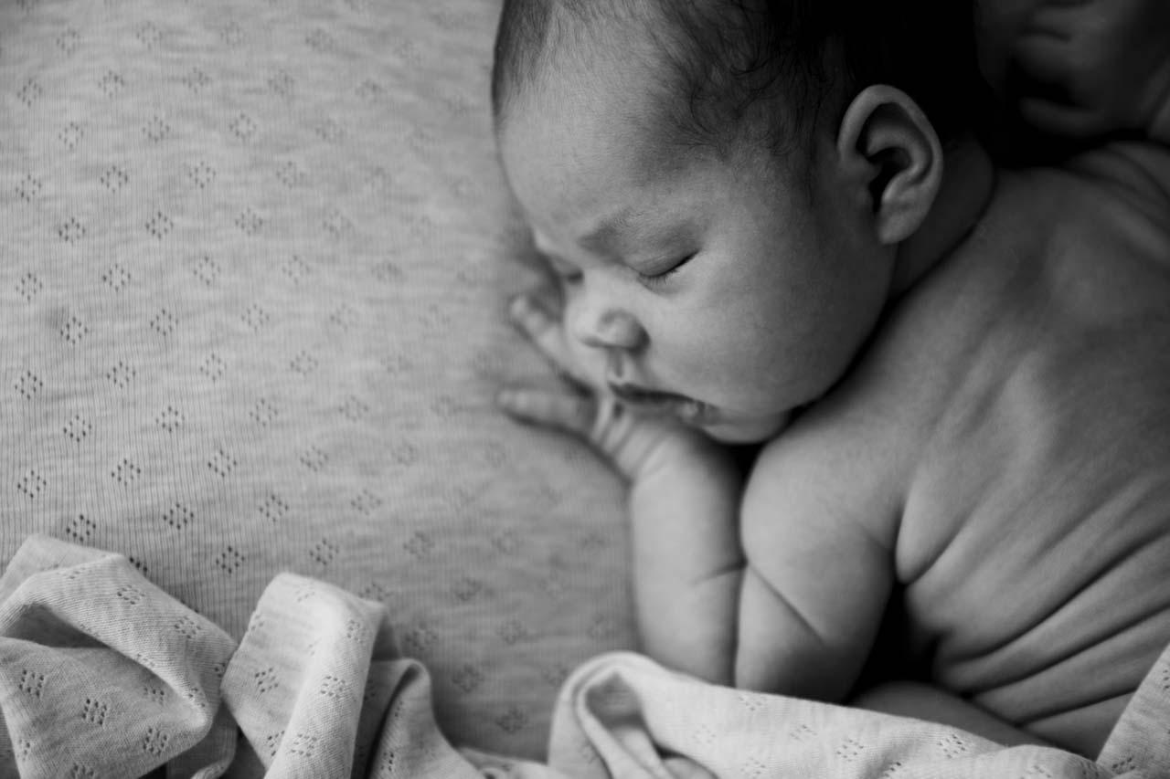 Neugeborenen-Shooting München: Babyfotos Detail Speckröllchen