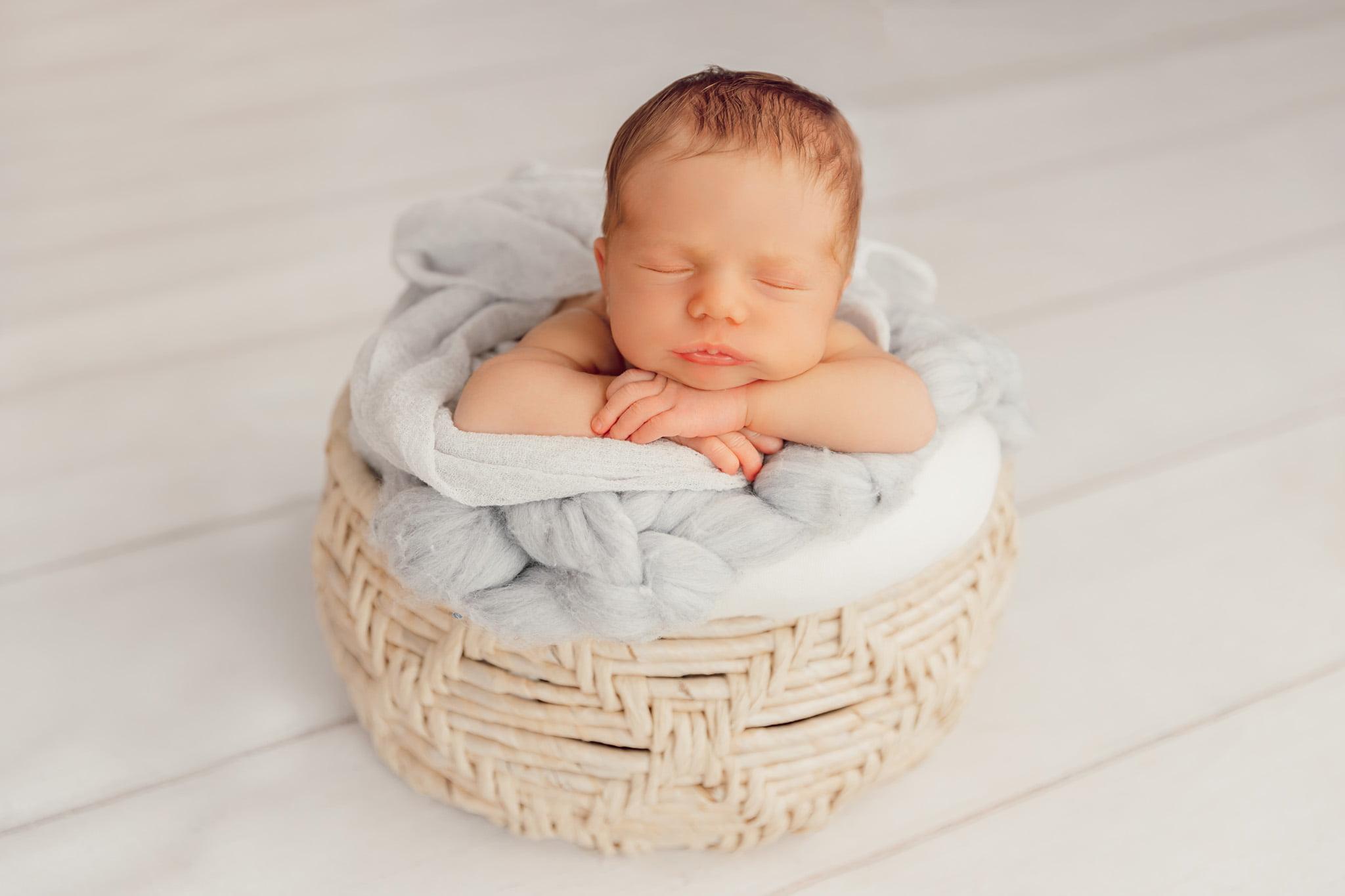 Neugeborenen-Shooting München: Babyfoto im Korb