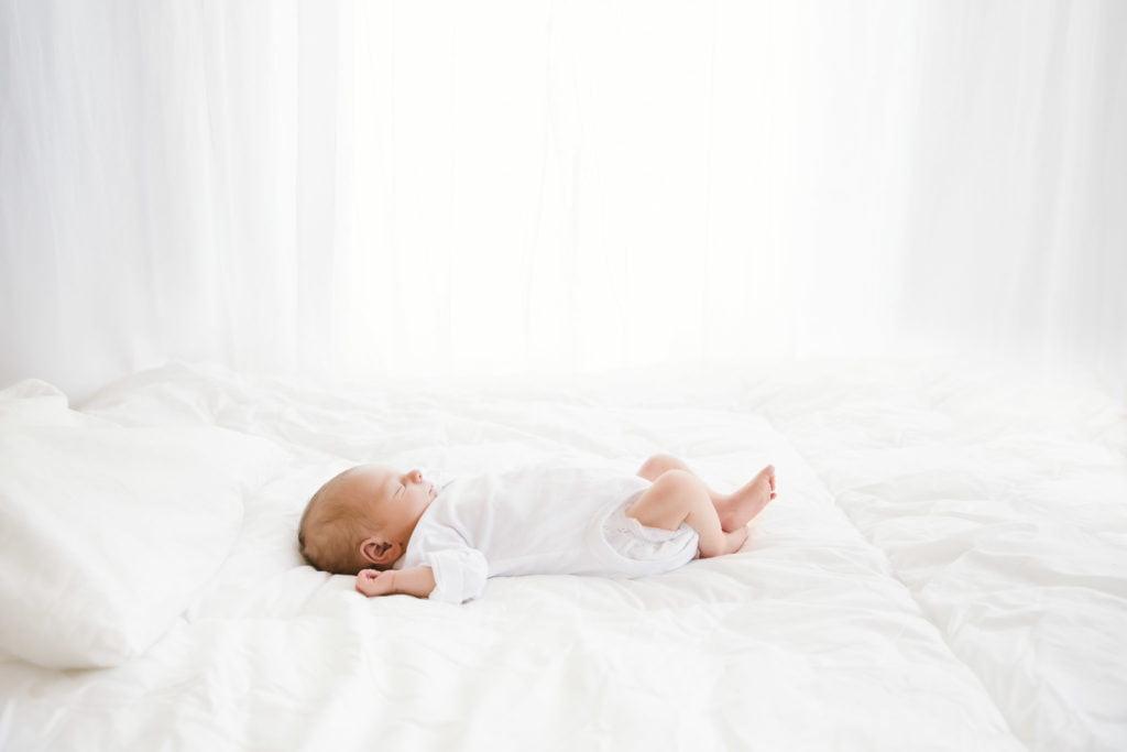 Neugeborenen-Shooting München: natürliche Babyfotos in weiß mit Familie