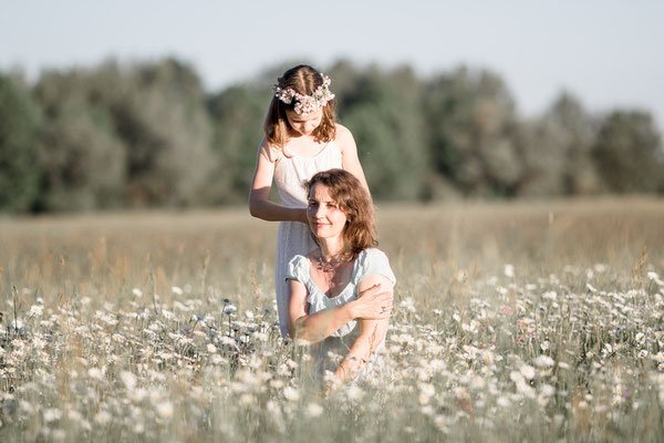 Familienfotos München: Mama und Kind auf Blumenwiese