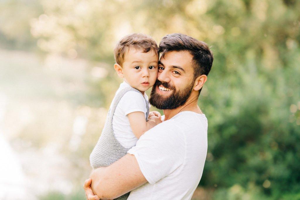 Neugeborenen-Shooting München: mit Familie und Geschwisterkind outdoor